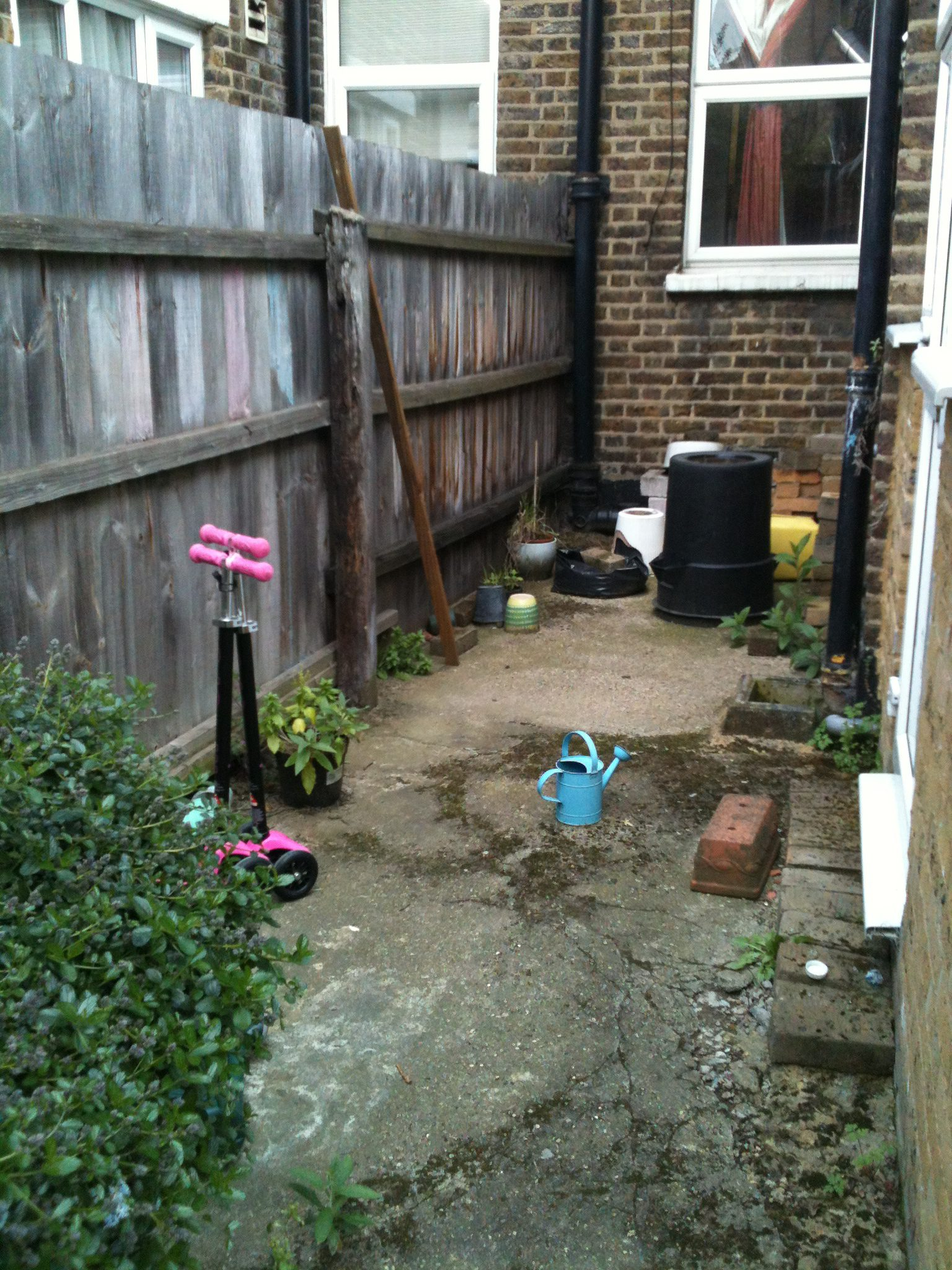 Small Garden Design On A Budget Walthamstow Garden Packs A Lot In Earth Designs